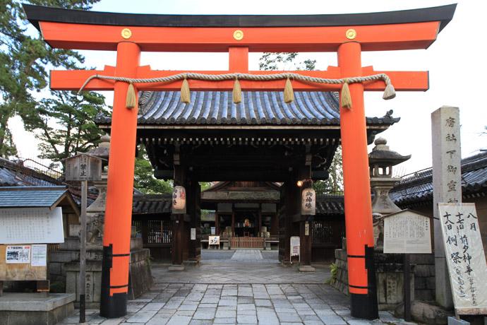 下御霊神社 夕暮れの境内: 京都...